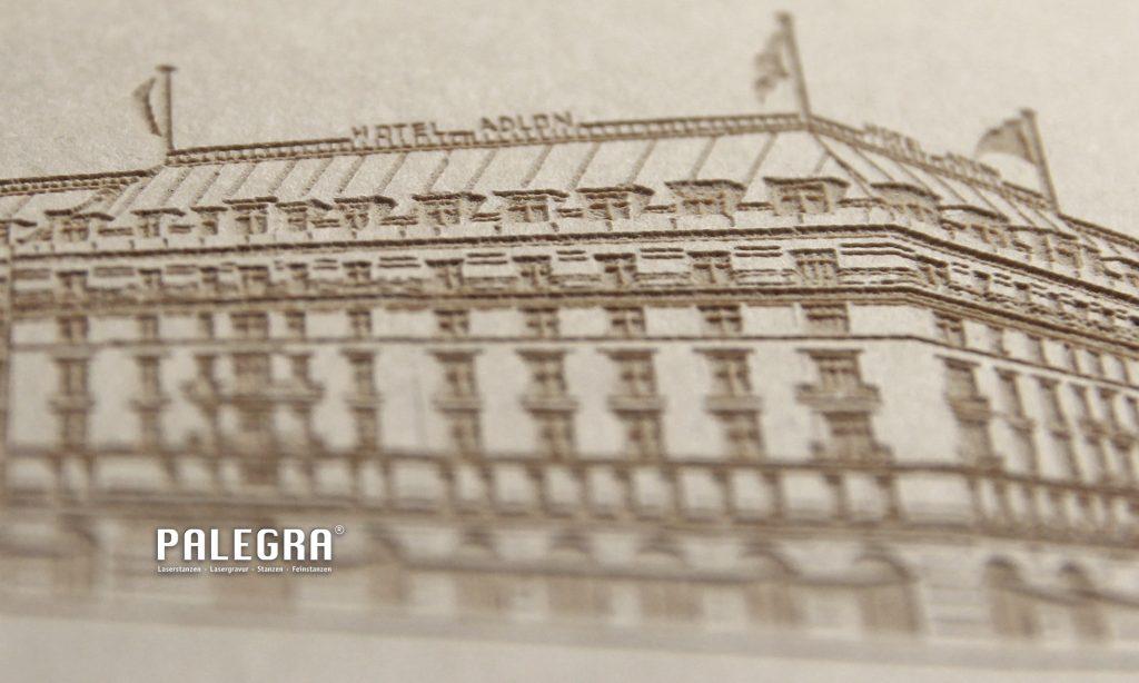 Adlon-Mappe Lasergravur / Papiergravur. Palegra® veredelt Print.